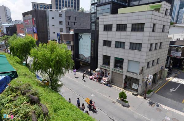 Đường chính của khu phố là Insadong-gil, kết nối với nhiều con hẻm nhỏ xung quanh. Phố có chiều rộng khoảng 6 m, được bố trí nhiều cây cảnh giữa đường.