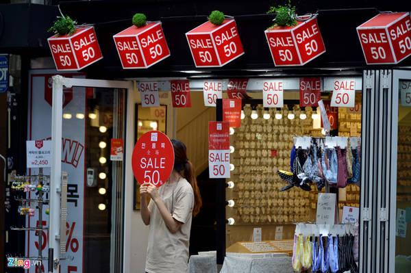 Nhiều cửa hàng bán dọc hai bên phố Insadong treo biển giảm giá nhưng khá ít khách.