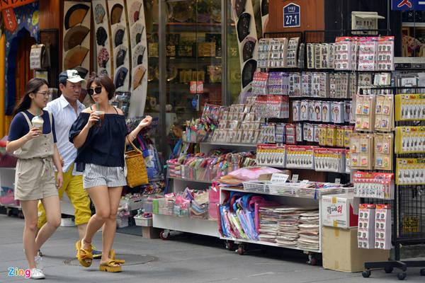 Ở đây cũng có rất nhiều cửa hàng bán đồ lưu niệm, giống như các khu phố đi bộ ở nhiều quốc gia khác.