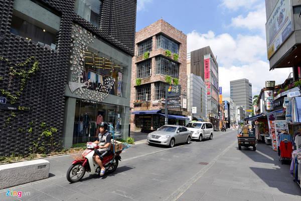 Nhiều con hẻm nối liền với khu phố Insadong trở thành nơi giao lưu văn hóa, buôn bán các mặt hàng truyền thống, khu phố ẩm thực.