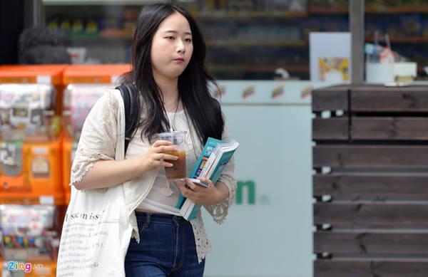 Tại đây còn có nhiều thư viện, rạp chiếu phim, trung tâm mua sắm và nhiều cửa hàng tạp hóa. Du khách có thể thoải mái lựa chọn nhiều mặt hàng và trải nghiệm văn hóa Hàn Quốc.