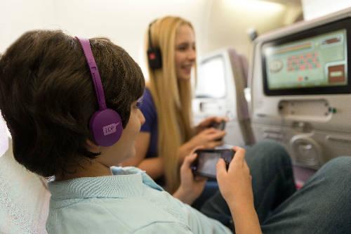 Thú giải trí trên máy bay sẽ giúp trẻ bớt quấy khóc hay làm mệt mỏi.