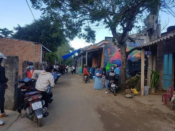 Ngoài làng bích họa ở Lý Sơn, Quảng Ngãi vừa có thêm một làng tranh 3D độc đáo ở thôn Thanh Thủy, xã Bình Hải, huyện Bình Sơn. Tranh ở làng được vẽ không chỉ dưới dạng tranh tường 3D mà còn có khả năng phát sáng trong đêm.