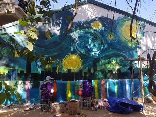 Theo anh Nguyễn Thanh Tuyên, trưởng nhóm họa sĩ, có 4 bức tranh phát sáng và 10 bức họa 3D khổ lớn đã được hoàn thiện, đón khách tham quan từ ngày 29/7. Hiện nhóm anh tiếp tục vẽ bổ sung tại một số khu vực để tạo sự đồng bộ trong thôn, theo ý kiến của huyện.