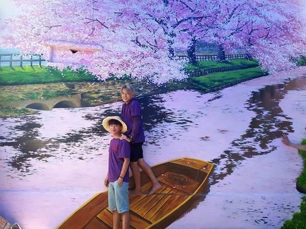 """Các bức tranh khổ lớn, 20-30 m2/bức, được phía huyện Bình Sơn đặt hàng, có chủ đề """"Năng động tuổi trẻ, kết nối văn hóa với thế giới"""". Do đó, du khách sẽ bắt gặp các bức họa thể hiện đặc trưng của Nhật Bản hay một số nước châu Âu."""