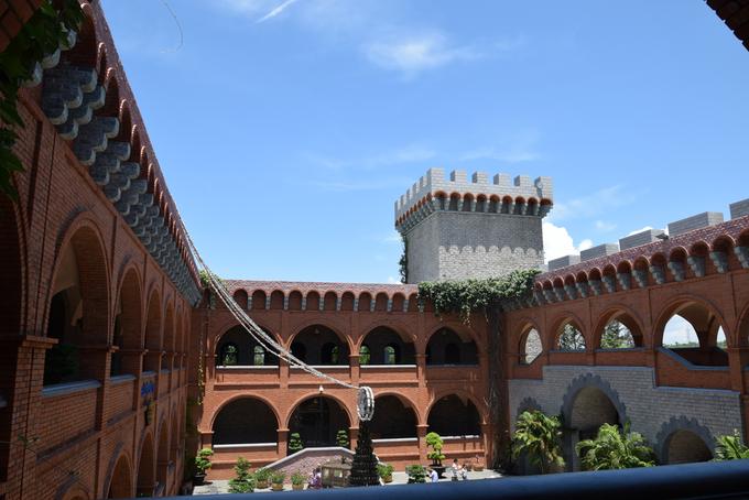Du khách có thể tham quan dọc các hành lang, nơi có kiến trúc đẹp, càng nổi bật giữa nền trời xanh.
