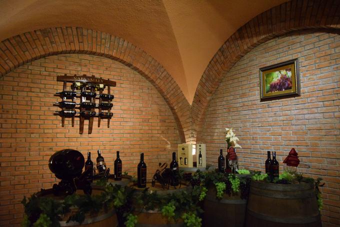 Một số khu trưng bày rượu để trang trí cho du khách chụp ảnh, thì có ánh sáng nhiều hơn.