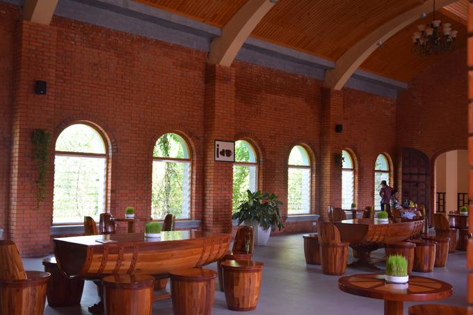 Ngoài khu vực hầm rượu, trên các hành lang có quán cà phê được thiết kế như những thùng rượu vang.
