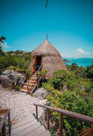Lều được thiết kế từ các vật liệu tự nhiên như gỗ, tranh, không gian nhỏ, nhưng mát mẻ. Bên trong có giường nệm đôi, toilet và nhà tắm khép kín, điều hòa, tủ lạnh, wifi... Lều hạn chế nhận khách gia đình có con nhỏ dưới 8 tuổi do địa hình dốc.