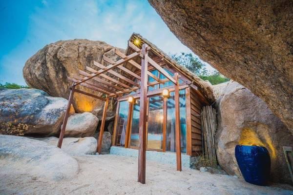 """Ngoài ra, mô hình nhà hang đá cũng rất thu hút khách. Do chỉ có một căn nên loại phòng này luôn trong tình trạng """"cháy"""". Cũng với các vật liệu như gỗ, tranh, căn nhà được thiết kế nằm giữa kẽ đá ngay chân núi nên mát mẻ quanh năm."""