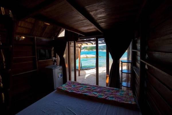 Bên trong nhà là giường đôi, các thiết bị nội thất hiện đại như tivi, tủ lạnh, điều hòa. Ngoài ra phòng còn có gác xép kê nệm dành cho nhóm đông hoặc gia đình. Đây được coi là căn phòng có hướng nhìn đẹp nhất khu du lịch vì ngắm trọn bờ biển xanh cùng cát trắng..