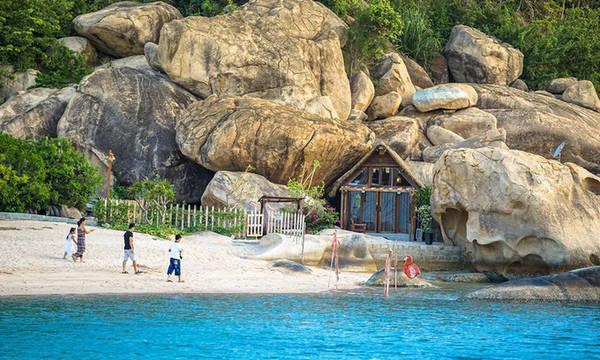 Một trong những điều hấp dẫn du khách ở đây là thiết kế lãng mạn của các khu thư giãn như xích đu trên biển, chòi phơi nắng trên bờ cát hay võng giữa biển...