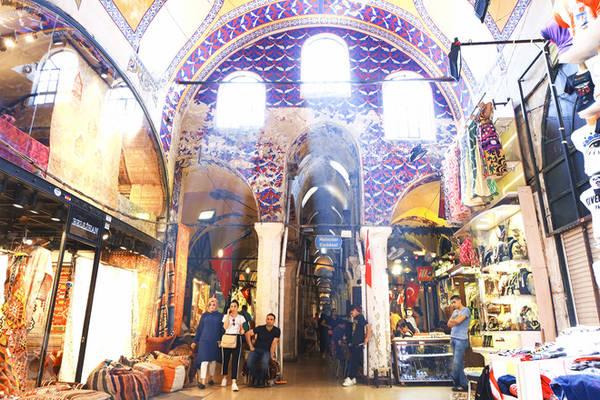 Chợ Grand Bazaar là nơi trao đổi hàng hóa thời kỳ đế chế Ottoman và cũng nằm trên con đường tơ lụa và gia vị vào châu Âu. Grand Bazaar có 12 cửa ra vào, trong đó có 4 cổng chính, luôn có nhân viên an ninh đứng ở cửa, dùng máy quét để kiểm tra an ninh từng hành khách khi bước vào tham quan cũng như mua sắm.