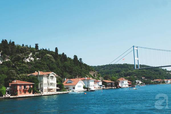 Giữa làn gió mát lành, khi mây trời và làn nước biển cùng quyện lại một màu xanh ngăn ngắt bạn sẽ thấy một Istanbul trước mắt vừa hiện đại, vừa cổ kính; không phô trương không màu mè nhưng chắc chắn chẳng ai có thể ngân ngại mà thốt lên rằng: Istanbul đẹp tới nao lòng!