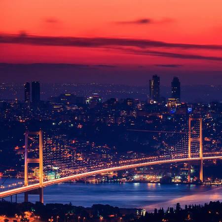 Cây cầu Bosphorus lung linh về đêm.