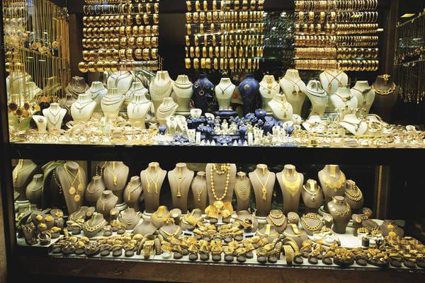 Grand Bazaar có nhiều khu, mỗi khu thì tập trung bán những mặt hàng khác nhau, bạn sẽ bị lóa mắt khi lạc vào khu chuyên bán vàng, nữ trang và ngoại tệ.