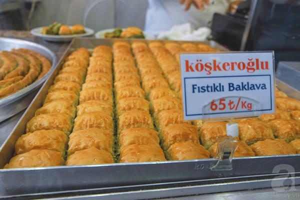Một khay Baklava truyền thống. Ngoài ra còn có có vô số các biến thể khác nhau với sự đa dạng về hình thù, kích cỡ hay hương vị.
