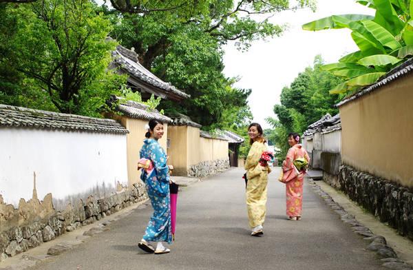 Cũng nằm ở tỉnh Oita, Ktsuki là thành phố cổ được mệnh danh là Little Kyoto của vùng Kyushu. Nhiều du khách tới đây rất thích thú với trải nghiệm mặc kimono, hay yukata và tham quan phố cổ với nhiều ngôi nhà của samurai xưa, lâu đài cổ, hay học pha trà kiểu Nhật...