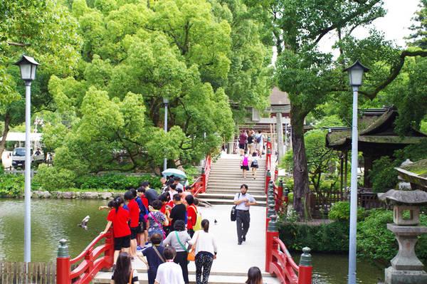 Đền Dazaifu Tenmagu ở thành phố Dazaifu thờ Sugawara no Michizane - vị thần của học vấn, sự thành thật và trừ tai họa. Hàng năm có tới 7 triệu lượt người đến viếng đền, ngoài học sinh sinh viên cầu đỗ đạt, thành công còn có rất nhiều du khách nước ngoài. Như nhiều điểm tham quan khác vào mùa hè ở miền nam Nhật Bản, ngôi đền cũng được phủ một màu xanh tươi mát của rất nhiều cây cổ thụ. Trong khuôn viên đền còn trồng khoảng 6.000 cây mơ trắng và mơ đỏ thuộc khoảng 200 chủng loại nên đây là một địa điểm ngắm hoa mơ hàng đầu Nhật Bản.