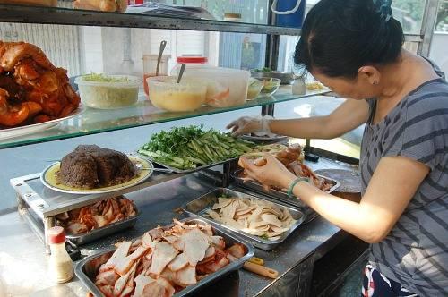 Xe bánh mì Bảy Hổ  Gần 80 năm trước, ông Trần Văn Hậu quê gốc ở tỉnh Hà Nam Ninh (cũ) bán món bánh mì kẹp thịt, pate và chả lụa ở con đường nhỏ Huỳnh Khương Ninh, quận 1, lấy tên là Bảy Hổ. Qua ba thế hệ, món bánh mì ở đây vẫn luôn hút khách do thịt, chả, pate đều được nhà làm theo công thức gia truyền. Riêng pate vừa hấp vừa nướng nên cho vị ngậy đặc trưng hòa hợp với nhân ổ bánh. Ảnh: Khánh Ly.
