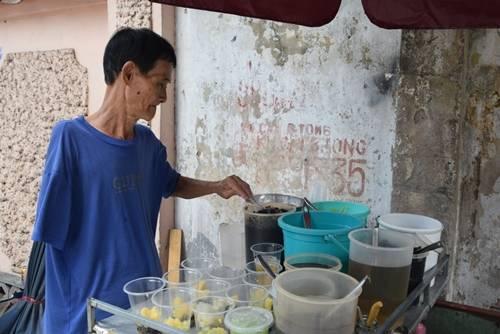 Xe chè Dương Quá  Trên đường Nguyễn Văn Thủ có một xe chè nhỏ luôn tấp nập khách mỗi buổi trưa. 30 năm qua, ông Thể dậy sớm nấu chè đậu, chè củ năng, sương sa hạt lựu, bánh flan… , khoảng 10h thì đẩy xe chè ra góc đường bán. Ảnh: Thanh Tuyết.