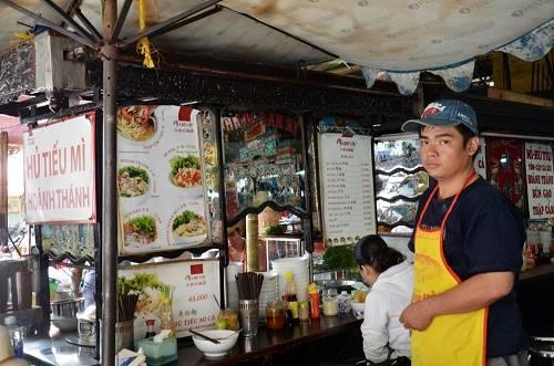 Xe hủ tiếu Giang Lâm Ký  Nằm ngay lối vào chợ Tân Định suốt 72 năm nay, xe hủ tiếu Giang Lâm Ký (nay đổi tên là Mì Chú Cẩu) là một trong số ít xe còn giữ được nguyên vẹn nét văn hóa người Hoa ở Sài Gòn. Cánh gà, phần ngang thân xe là nơi khách ngồi ăn, đủ cho 4-5 người cùng thưởng thức và luôn được lau dọn sạch sẽ. Quán mở cửa mỗi ngày từ 6h đến 14h. Mỗi tô hủ tiếu, mì có giá trung bình 30.000 – 35.000 đồng. Ảnh: Mỹ Phượng.