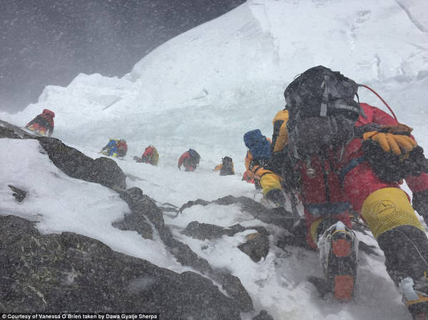 Những thử thách về tâm lý trong quá trình leo lên ngọn núi cao 8.611 mét còn lớn hơn nhiều so với các khó khăn về thể chất