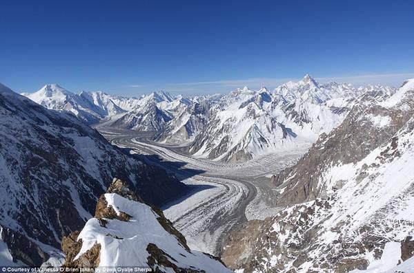 Để leo lên những ngọn núi cao hiểm trở, người leo phải được trang bị đầy đủ dụng cụ chuyên dụng