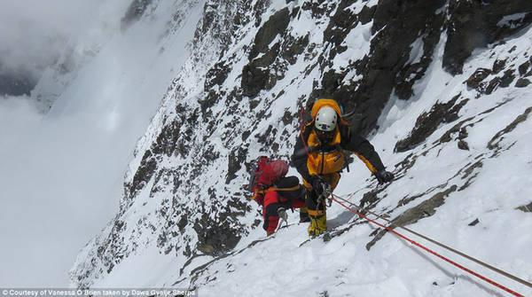 Người leo núi luôn phải đảm bảo sức khỏe thật tốt để trụ vững trong điều kiện khắc nghiệt