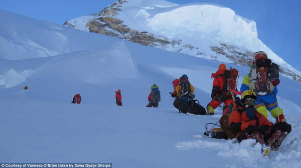 Hành trình kéo dài 16 tiếng bao gồm cả leo lên đỉnh và xuống núi