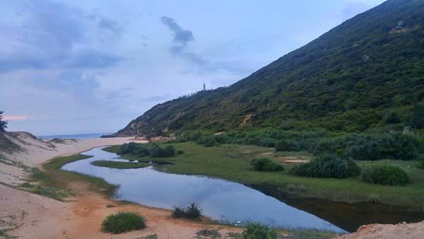 Men theo dòng nước nhỏ này, bạn sẽ quay lại vị trí xuất phát. Ngọn hải đăng dần khuất xa, mong một ngày sớm trở lại nơi đáng yêu này.