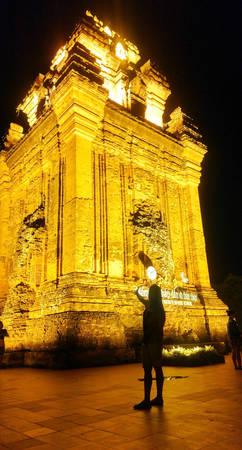 Buổi tối, tháp Nhạn - biểu tượng của thành phố Tuy Hòa rực sáng về đêm. Hành trình qua 2 tỉnh, tham quan nhiều danh thắng nổi tiếng quả là một trải nghiệm đáng nhớ cho bất cứ những người đam mê du lịch bụi nào.