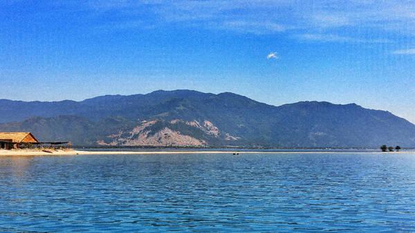 """Nhìn từ xa đã thấy một dãy cát kéo dài giữa vùng biển bao la, lúc ẩn lúc hiện bởi những con sóng, tạo nên nét độc đáo không lẫn vào đâu của Điệp Sơn. Nơi này đã được phần lớn cộng đồng du lịch bụi gọi là """"Con đường giữa biển"""" hay """"Điệp Sơn thủy đạo""""."""