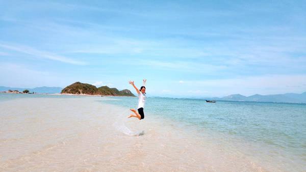Ở Việt Nam hiện nay có đến 3 con đường có lối đi giữa biển, là đường ra đảo hòn Bà (Vũng Tàu), Nhất Tự Sơn (TX Sông Cầu, Phú Yên) và Điệp Sơn ( Vạn Ninh, Khánh Hòa) nhưng nổi tiếng nhất, dài nhất và đẹp nhất là Điệp Sơn.