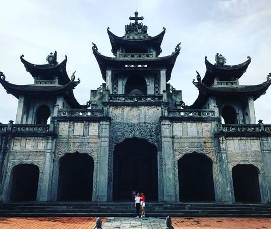 Nhà thờ chính tòa Phát Diệm được xây dựng từ năm 1891 với tên chính thức là Nhà thờ Đức Mẹ Mân Côi, nay là nhà thờ chính tòa của vị Giám mục Phát Diệm.