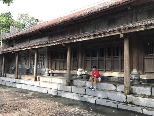 Gỗ dùng để xây dựng có cả gỗ lim giá trị nên dù trải qua năm tháng nơi đây vẫn cổ kính và chắc chắn.