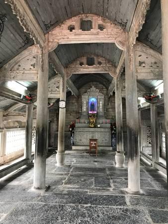 Trong nhà thờ có 6 hàng cột gỗ lim (48 cột) nguyên khối, hai hàng cột giữa cao tới 11m, chu vi 2,35m, mỗi cột nặng khoảng 10 tấn. Gian thượng của thánh đường có một bàn thờ lớn làm bằng một phiến đá nguyên khối dài 3m, rộng 0,9m, cao 0,8m, nặng khoảng 20 tấn.