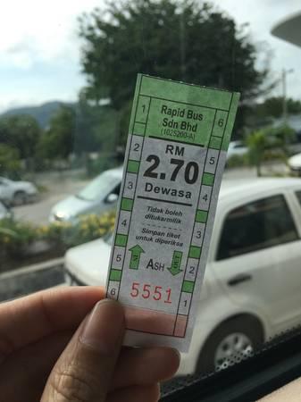 Đi như thế nào? Từ Hà Nội, du khách phải quá cảnh ở Kuala Lumpur trước khi đến sân bay Penang. Còn từ Sài Gòn có chuyến bay thẳng sang Penang, giá vé khứ hồi khoảng 1,5 triệu đồng. Từ sân bay, có nhiều cách để di chuyển về thành phố, tiết kiệm nhất vẫn là xe buýt với giá cao nhất 2,7 RM (tương đương 15.000 đồng): - Xe 401, 401E và AT về thẳng George town, trạm cuối là bến xe ngay bãi biển Jetti. - Xe 101 chạy qua bãi biển Batu Ferringhi. - Xe 204 đến đồi Penang. - Xe 203 đến chùa Kek Lok Si.