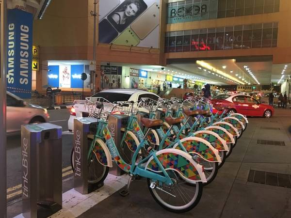 Nên thuê xe đạp (khoảng 10 RM/ngày tương đương 50.000 đồng/ngày) để di chuyển quanh George town. Nếu đi xa hơn thì sử dụng taxi, xe buýt hoặc Grab, Uber cũng thuận tiện không kém.  Ngoài ra, với bằng lái xe máy Việt Nam, bạn vẫn có thể thuê xe máy tại đây với giá 25 RM/ngày (khoảng 125.000 đồng/ngày). Tuy nhiên bạn phải đặt cọc tối thiểu 100 RM (khoảng 500.000 đồng).