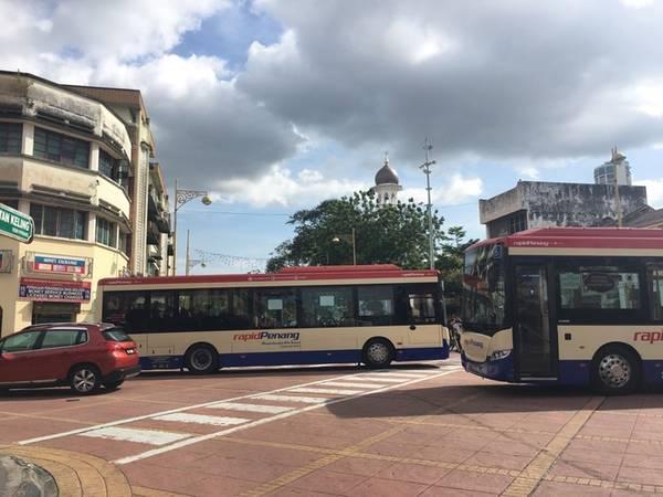 Đặc biệt, George town có tuyến C.A.T bus - Central Area Transit (dịch vụ trung chuyển ở trung tâm phố), dừng hầu hết các điểm du lịch nổi tiếng của George town, miễn phí cho người đi. Xe được trang bị điều hòa mát mẻ, sạch sẽ, thoải mái. Phía trước và đằng sau xe có đặt bảng điện tử để dễ phân biệt.