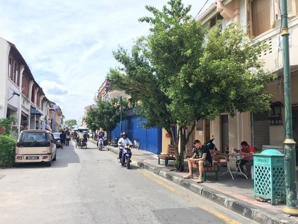 Chơi đâu?  Thủ phủ của Penang - George town được UNESCO công nhận di sản văn hóa thế giới là nơi không thể bỏ qua khi đến đây. Khu phố cổ sạch sẽ với nhiều hàng lưu niệm xinh xắn hay quán cà phê mang phong cách xưa cũ luôn níu chân du khách.