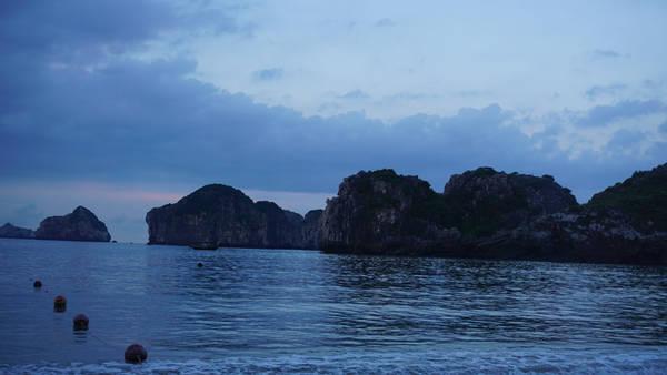 Cát Bà có rất nhiều bãi tắm. Bạn sẽ có một trải nghiệm đáng nhớ nếu như dạo quanh những bãi biển lúc trời chưa sáng. Những áng mây in bóng xuống biển tạo nên những con sóng xanh ngắt, bãi biển vắng và những vệt mây hồng.