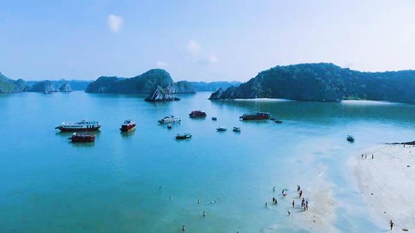 Cát Bà được tạo nên từ gần 400 hòn đảo lớn nhỏ, hình thành bức tranh thủy mặc đẹp đến nao lòng. Phía đông nam của đảo có vịnh Lan Hạ, hướng tây là vịnh Cát Gia gồm những bãi biển xanh, cát trắng, sóng không lớn, phù hợp du lịch tắm biển, nghỉ dưỡng.