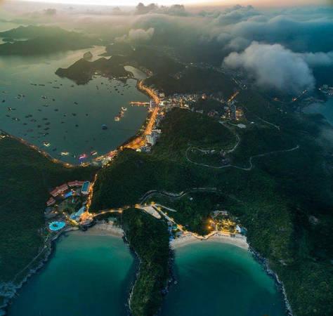 Được coi là hòn ngọc của Hải Phòng, Cát Bà luôn là điểm du lịch hấp dẫn đối với du khách trong và ngoài nước. Cát Bà hội tụ đủ cả trời mây, non nước, rừng ngập mặn, rừng nguyên sinh, bãi biển nghỉ dưỡng và cả những công trình văn hóa lịch sử. Ảnh: Nguyễn Thế Đạt.