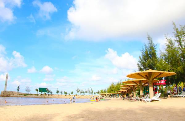 Đồ Sơn cũng là một bãi biển đẹp của Hải Phòng. Nếu Cát Bà mang đến một không gian hùng vĩ, hoang sơ thì Đồ Sơn mang đến cho chúng ta một không gian nghỉ dưỡng thực thụ với những dịch vụ nghỉ tiện nghi cùng với các bãi tắm trải dài.