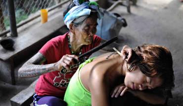 nu-nghe-nhan-100-tuoi-xam-hinh-bang-tay-o-philippines-ivivu-1