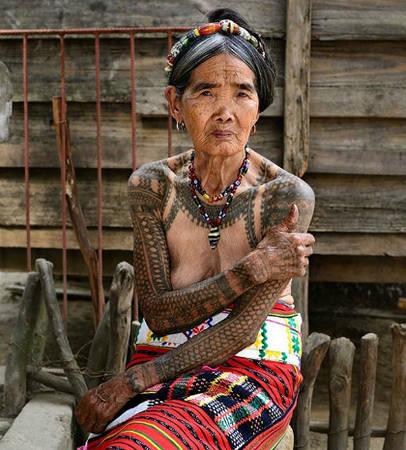 """nu-nghe-nhan-100-tuoi-xam-hinh-bang-tay-o-philippines-ivivu-2 Cụ Whang Od chia sẻ: """"Tôi rất thích khi các du khách nơi xa và khách địa phương tới đây vì họ đều đang giúp chúng tôi. Tôi hy vọng các vị khách vẫn tiếp tục tìm đến''. Ảnh: pinterest."""