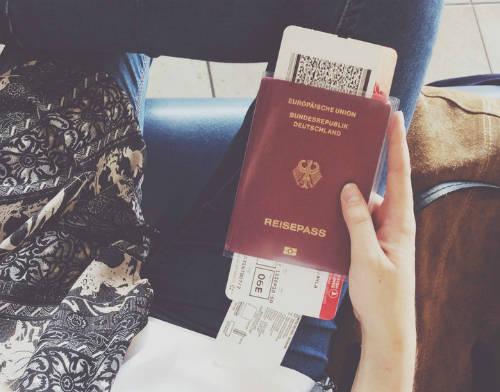 Bạn không nên đăng tải ảnh chụp vé máy bay để tránh lộ thông tin cá nhân quan trọng, tránh thất thoát tài sản hoặc tạo cơ hội cho kẻ xấu lợi dụng. Ảnh: Ayla Altintas.