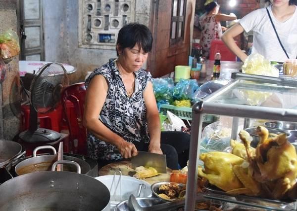 Quán không tên, chỉ có một biển hiệu đề tên các món như mì Quảng, cơm gà, bún bò, cháo vịt... nhưng tấp nập thực khách. Người địa phương ăn ở đây nhiều, khiến các du khách đến Mũi Né tò mò ăn thử và yêu thích.
