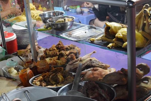 Một tủ kính bày các nguyên liệu nóng hổi như gà, vịt, giò heo, mì tươi... Khi có khách gọi món thì chủ quán mới chặt thịt gà, vịt... luôn tay.